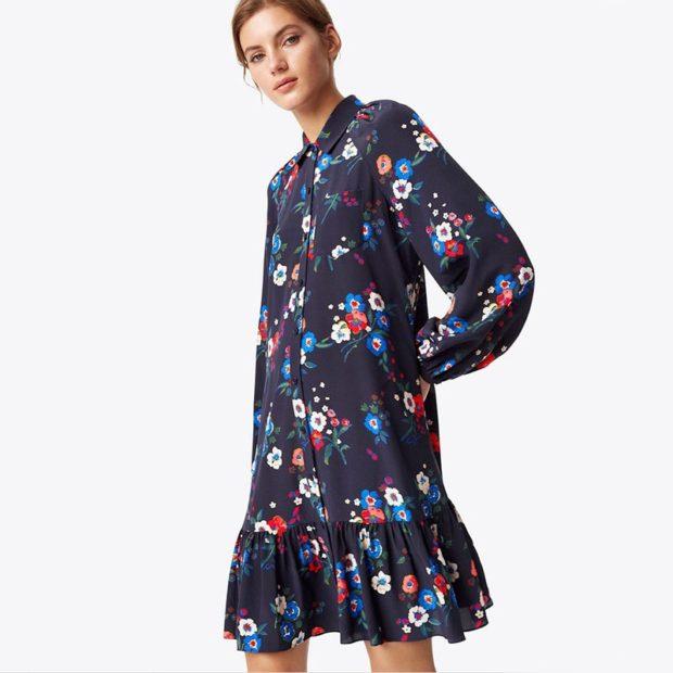 модные принты 2018 2019 года в одежде: синее платье в цветы с воланами