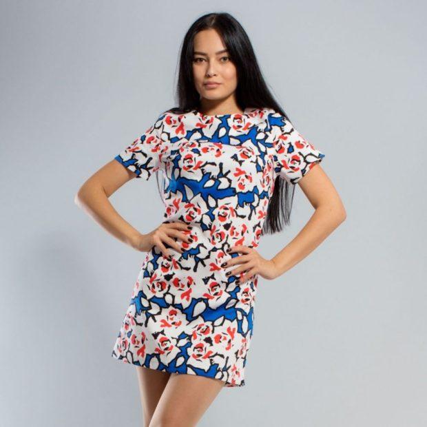 модные принты 2018 2019 года в одежде: синее платье в белые цветы