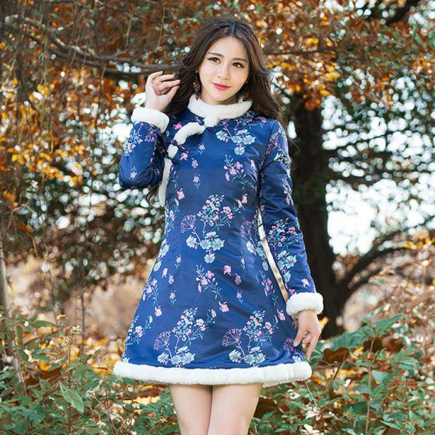 пальто синее в цветы с меховой опушкой