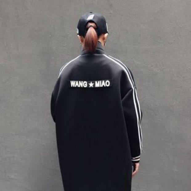кожаное пальто с надписью на спине