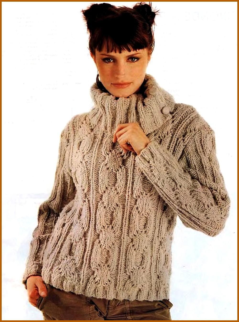 коричневый свитер под горло с узором