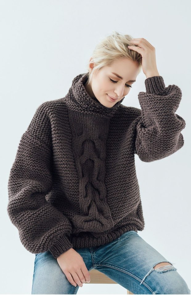 объемный свитер коричневый с узором