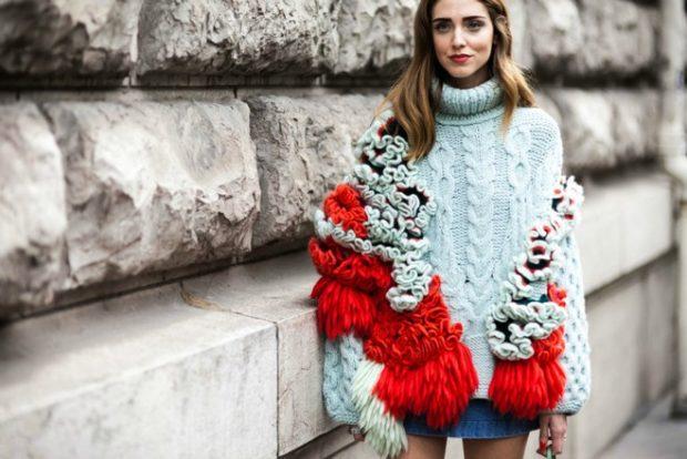 свитер обьемный голубой с бохрамой и воланами красного цвета