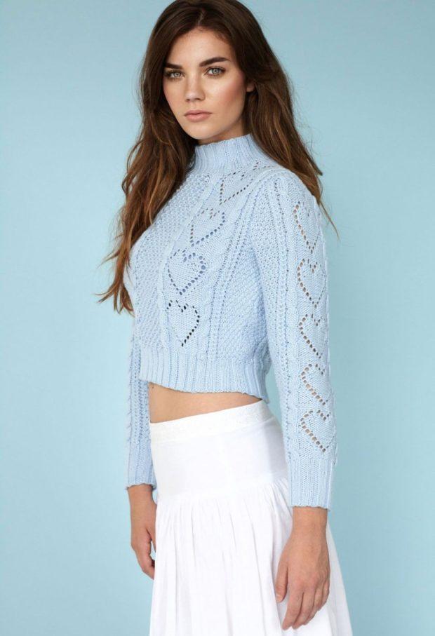 вязаный свитер короткий голубой с узором
