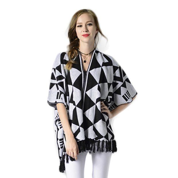 вязаное пончо черное с белым с бахромой