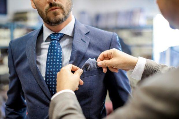 синий галстук в узоры