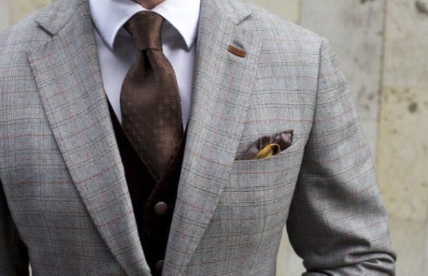 коричневый классический галстук с вензелями