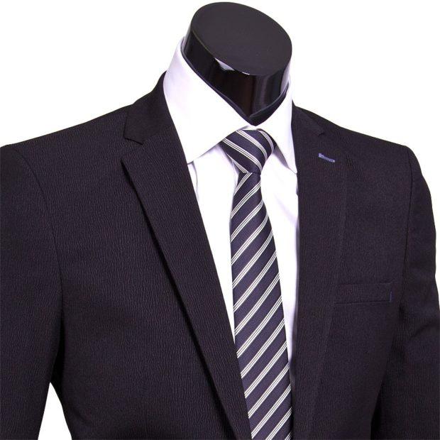 черный галстук в белую полоску