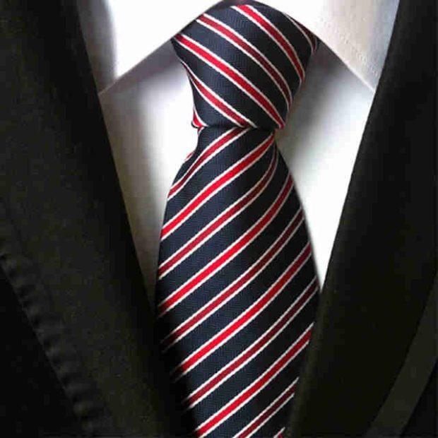 синий галстук в красно-белую полоску