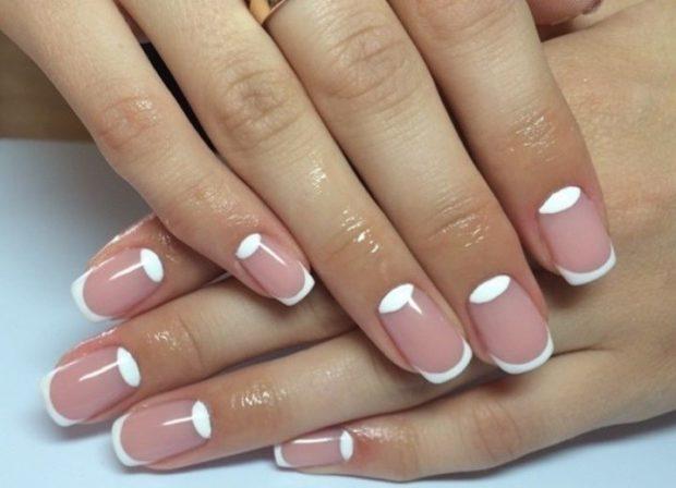 лунный маникюр с френчем белый с бледно розовым