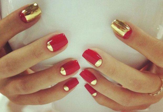 лунный маникюр с френчем красный с золотом