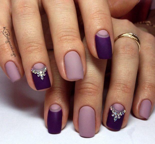 лунный маникюр фиолетовый с камушками