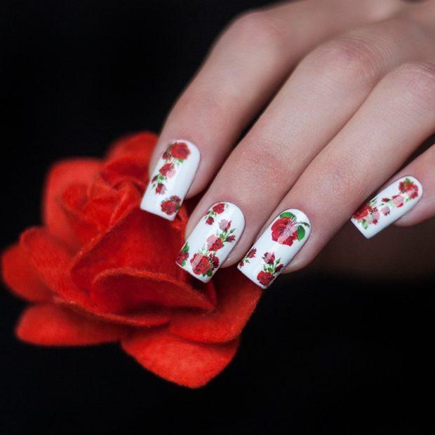 маникюр шеллак белый в розы наклейки