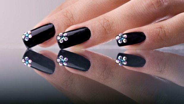 маникюр шеллак модные тенденции черный со стразами в виде цветочка