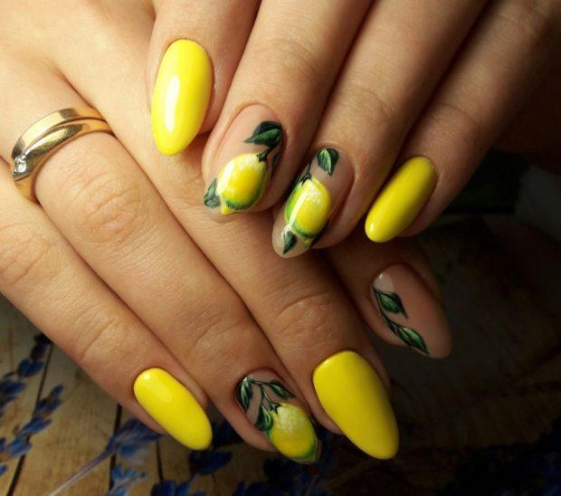 модный маникюр шеллак: лак желтый с грушами яркий