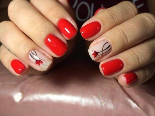 модный маникюр шеллак: лак красный бежевый с цветочком