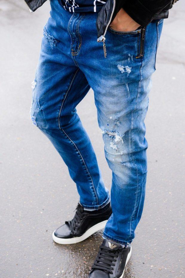 модные мужские джинсы 2020: синие потертые висящая бахрома