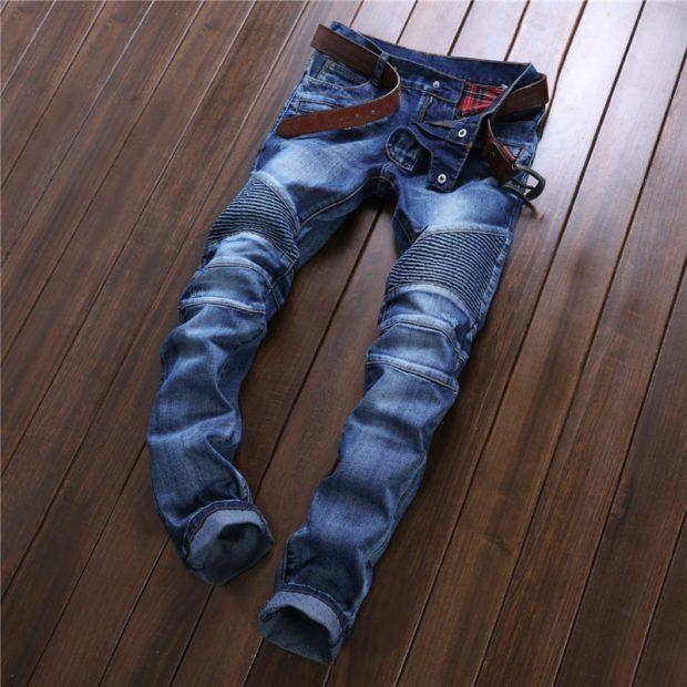 синие джинсы со вставками другого материала