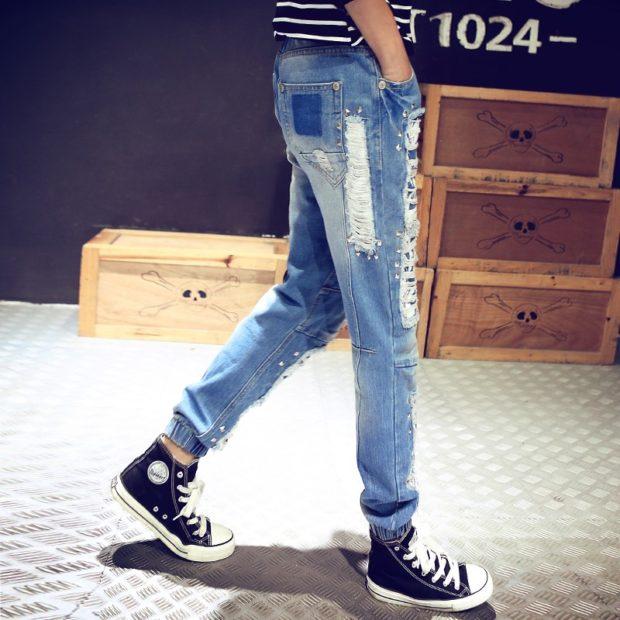 джинсы с резинкой внизу с дырками