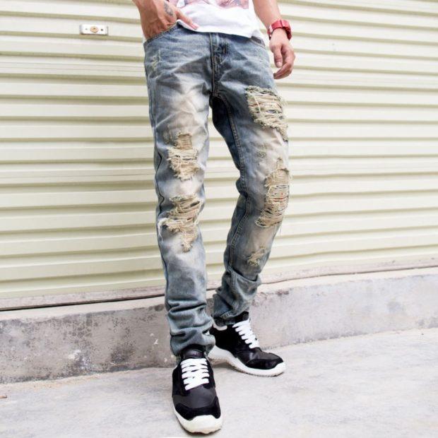 серые джинсы с дырками