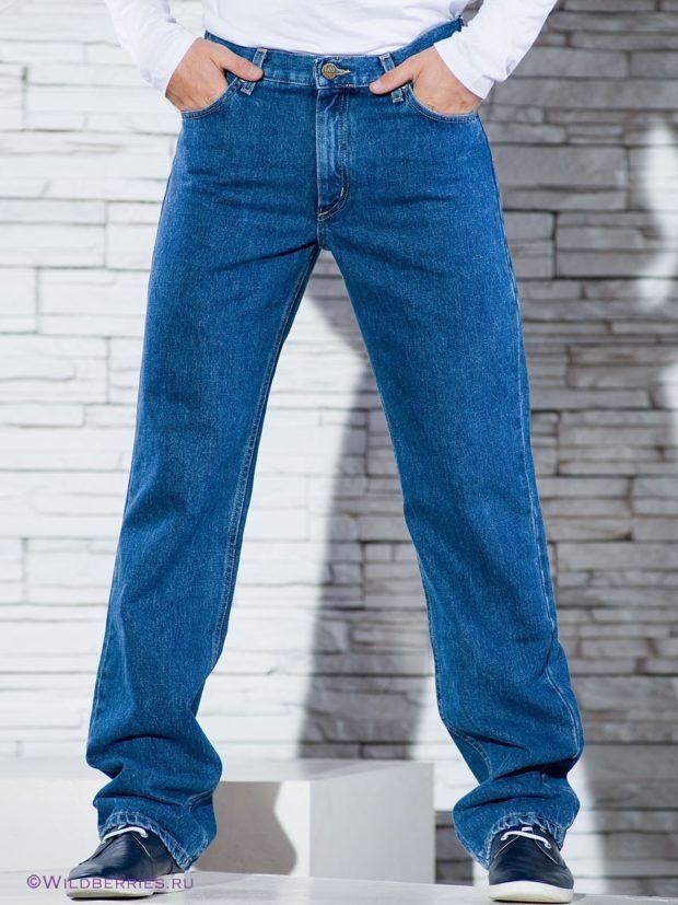 синие классические джинсы