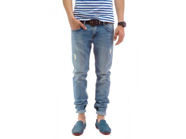 синие джинсы подкатанные