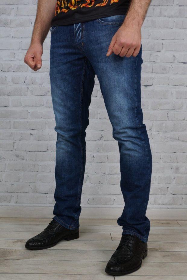 классические синие джинсы с потертостями