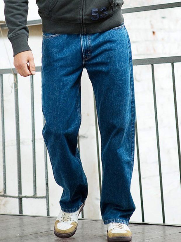 широкие синие джинсы