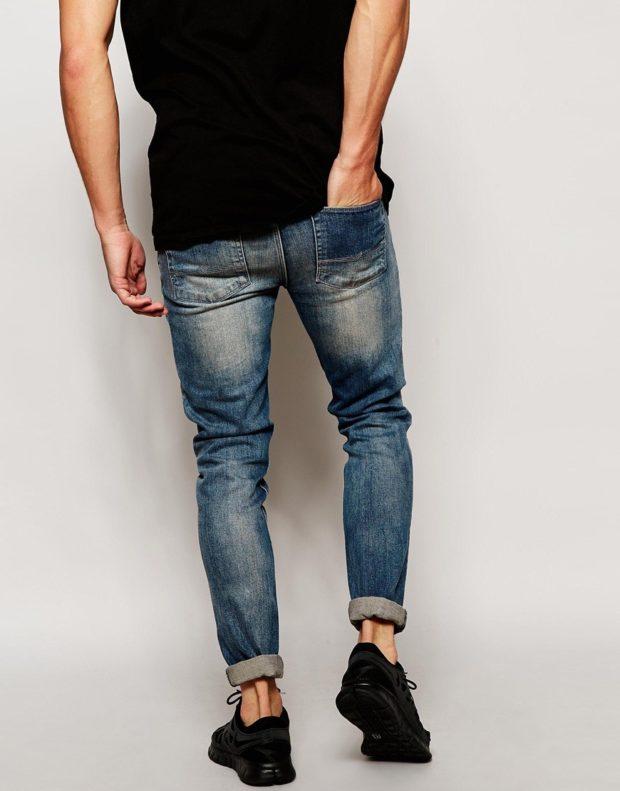 узкие джинсы подвернутые потертые синие с золотым