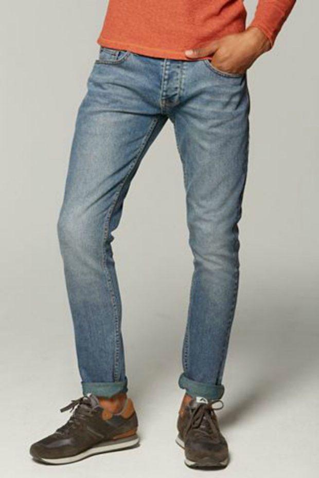 узкие джинсы подвернутые серо-синие