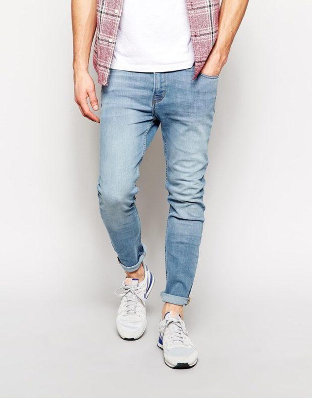 голубые джинсы с подкатом