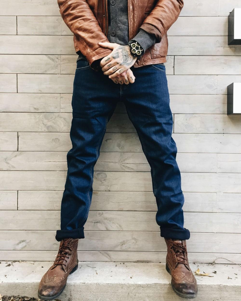 одежда из денима джинсы