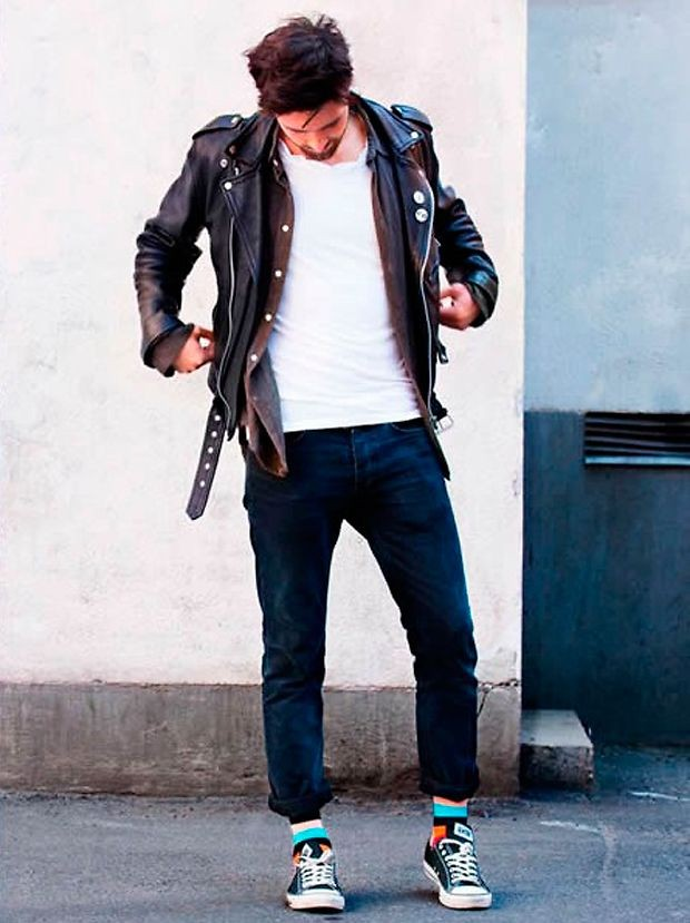 кожаная куртка с заклепками джинсы короткие