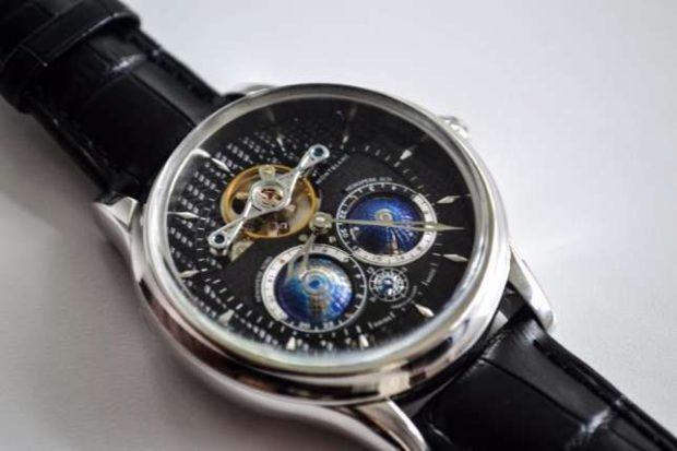 часы на кожаном ремне с серебристым корпусом