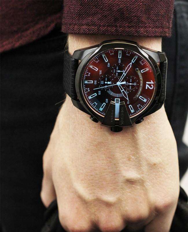 большие часы с голубыми цифрами красным циферблатом