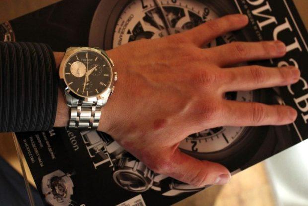 часы с несколькими циферблатами серебристый ремень