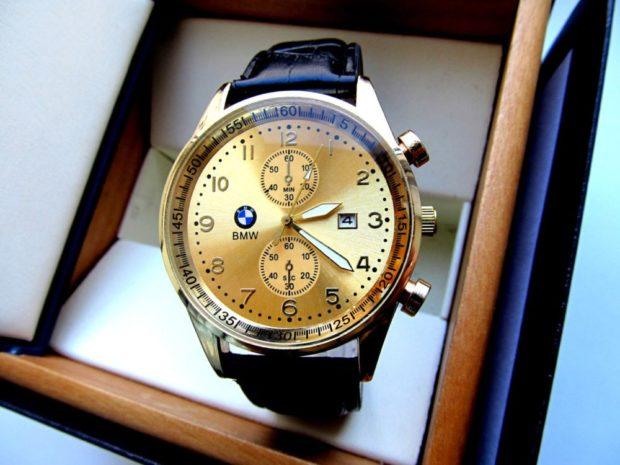 золотые часы на кожаном ремне черном