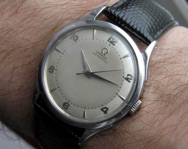 серебристые часы кожаный ремень классика