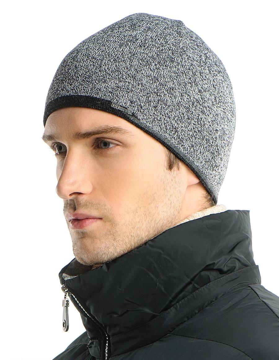 серая трикотажная шапка