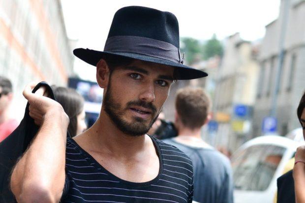 головные уборы мужские зима 2019-2020: фетровая шляпа черна с лентой