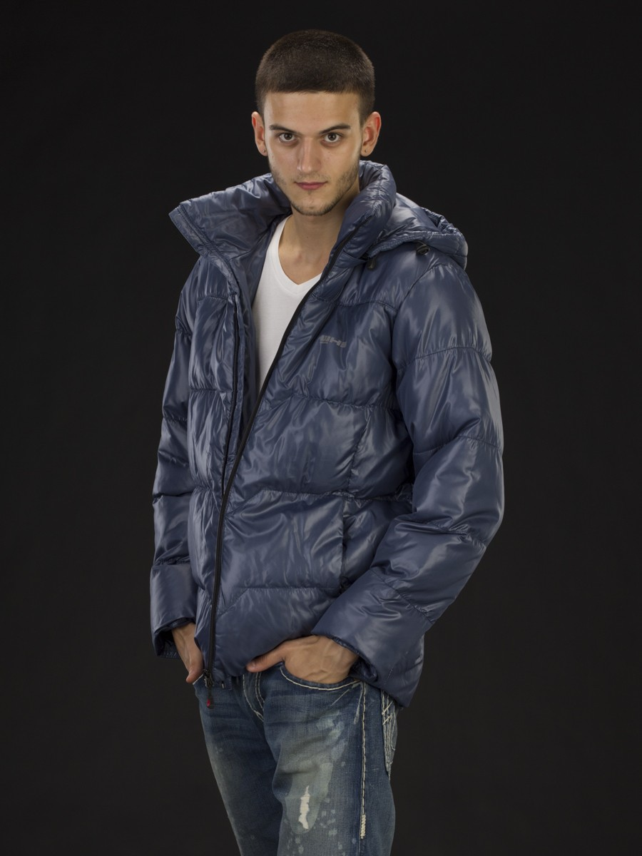 синяя куртка пуховик