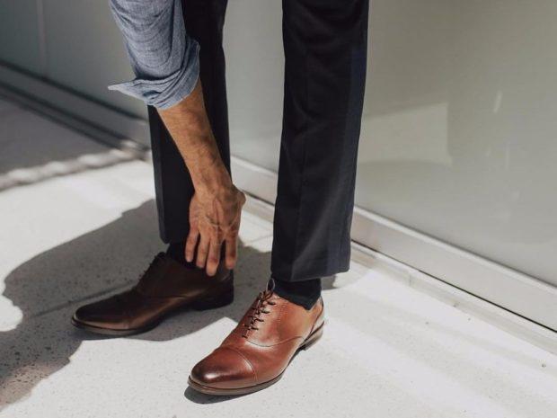 мужские туфли: коричневые с темным носком на шнурках классика