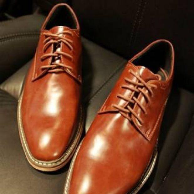мужские туфли: коричневые на шнурках подошва светлая