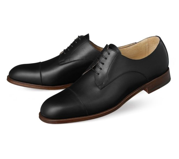 мужские туфли: классические на шнуровки черные подошва коричневая