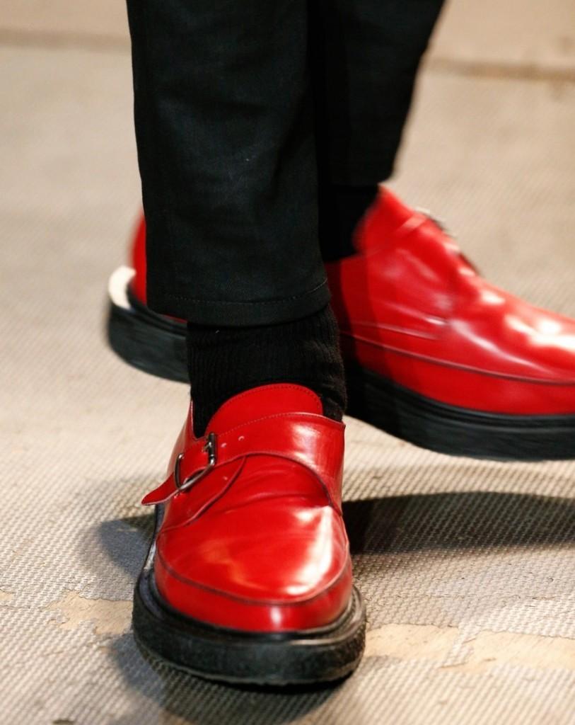 красные туфли подошва черная