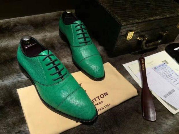 зеленые туфли на шнурках