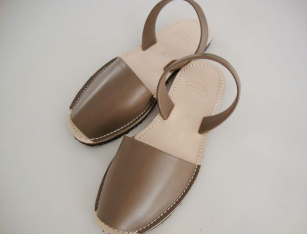 коричневые сандалии закрытый носок