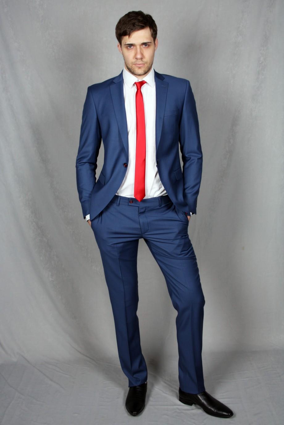 брючный костюм синий с красным галстуком