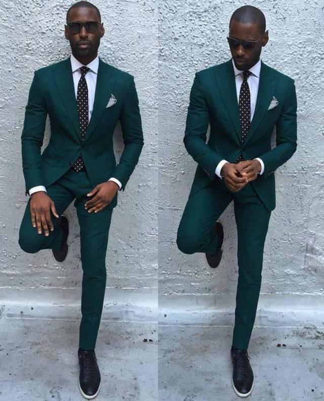 брючный костюм зеленый под галстук в горох