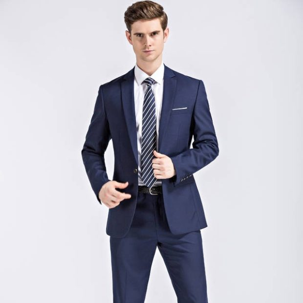 брючный костюм синий галстук в полоску